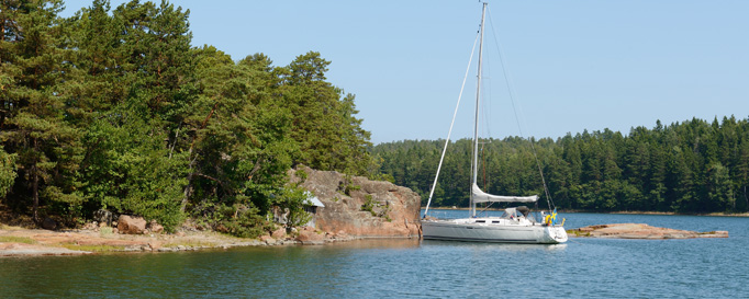 Segeln Finnland: Vor Anker an bewaldeter Küste