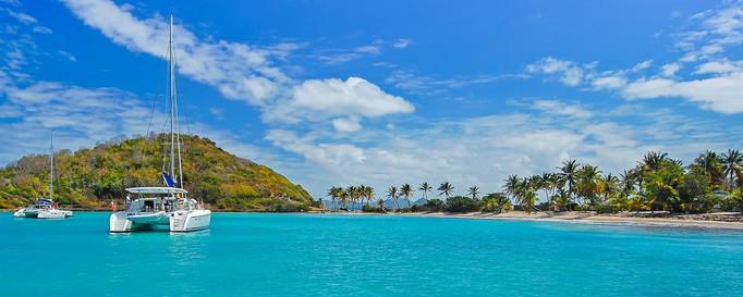 Segeln Grenada: Katamaran vor Küstenlinie