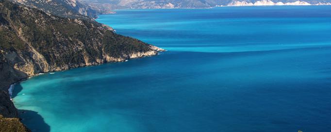 Segeln ionisches Meer: Bergküste an blauem Meer