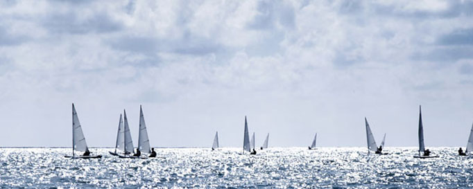 Segeln Kieler Bucht: Segelboote unter bewölktem Himmel