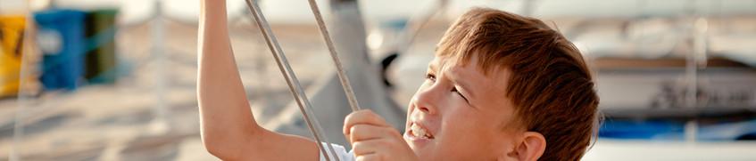 Jüngstenschein: Junge holt Segel ein