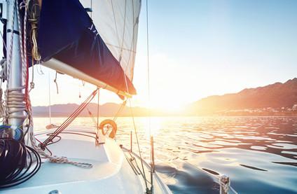 Segeln mit Kindern: Boot vor Sonnenuntergang
