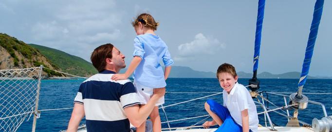Mann auf Segelboot mit Kindern