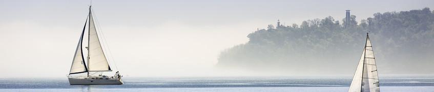 SBF Binnen: Segelboote auf ruhigem Binnensee