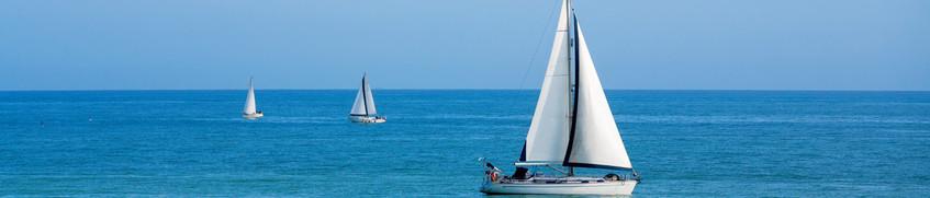 SSS: Drei Segelboote auf blauer See