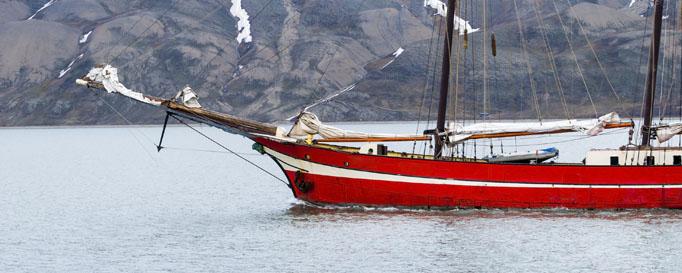 Segeln Norwegen: Rotes Segelboot