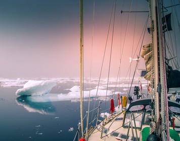 Segeln Arktis: Yacht umgeben von Eisschollen