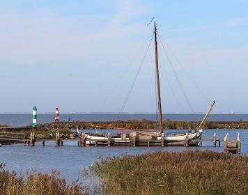 Schiff in einer Bucht der Friesischen Inseln
