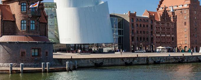 Segeln Stralsund: Anlegestelle vor Backsteingebäuden