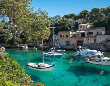 Segelboote ankern im azurblauen Wasser der Balearen