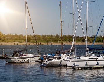 Yachthafen mit Segelbooten