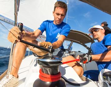 Zwei Segler beweisen Seemannschaft und steuern Segelboot