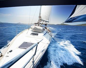 Segelyacht: Blick vom Mast