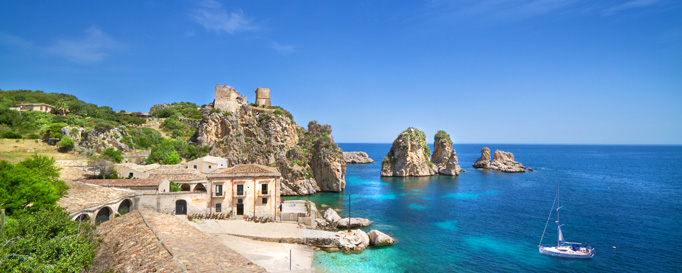 Segeln Sizilien: Bewohnte Küstenfelsen