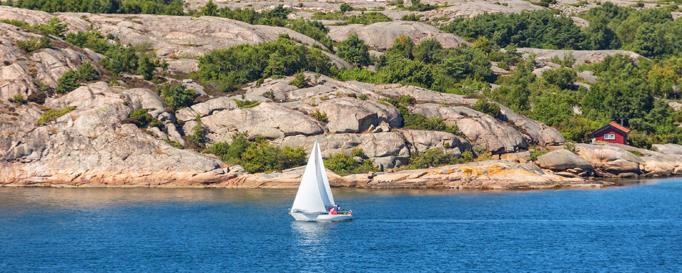 Segeln Skandinavien: Segelboot vor Felsenküste