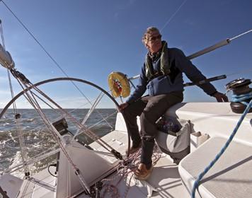 Skipper beim Segeln