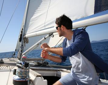 Skipper segelt auf hoher See