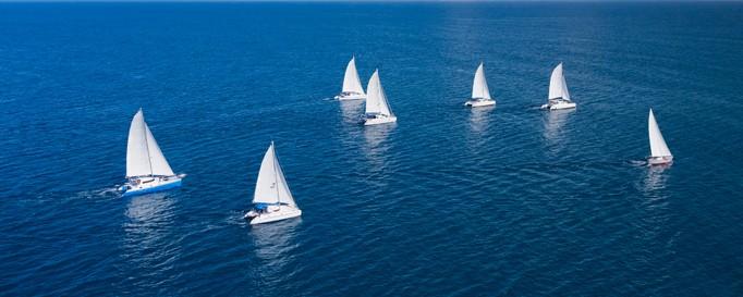 SBF See: 7 weiße Segelboote auf See
