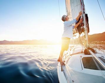 Mann setzt Segel und beweist Seemannschaft