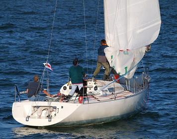 Segelboot beim Wende-Manöver