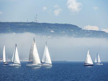 Schlechtes Segel-Wetter: Schiffe im Nebel
