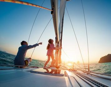 Seemannschaft bei den Kleinen: Vater und Tochter auf Boot