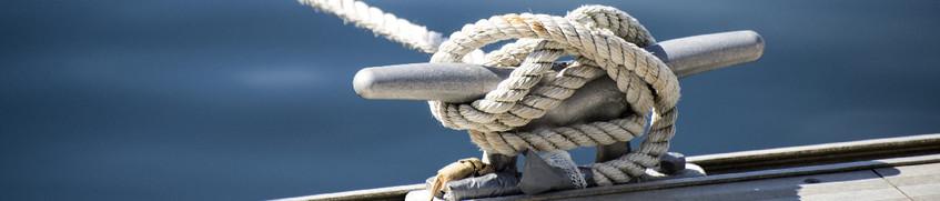 Yacht-Beschlagnahmeversicherung: Seemannsknoten am Schiff