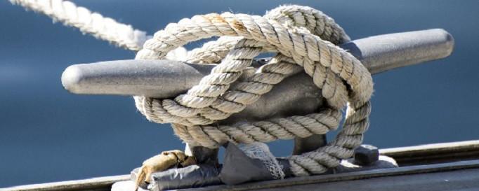 Yacht-Beschlagnahmeversicherung: Segelboot festgeknotet