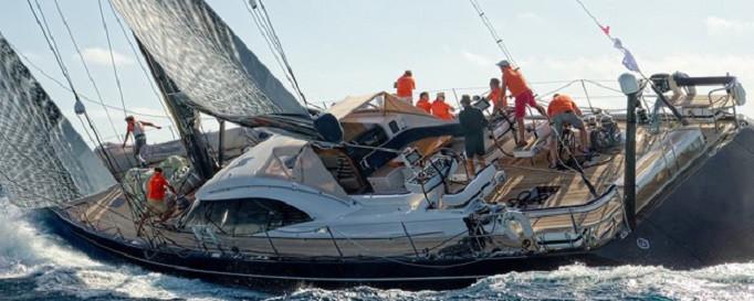 Yacht-Rechtsschutzversicherung: Segelboot auf dem Törn mit Crew