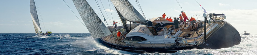 Yacht-Rechtsschutzversicherung: Segelboot mit Crew