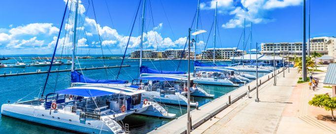 Yachtcharter: Katamarane im Hafen