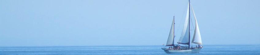 Yachtcharter: Segelyacht vor dem Horizont