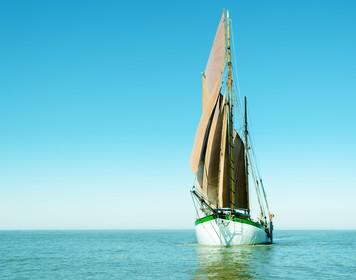 Segelboot mit Yawltakelung auf blauer See